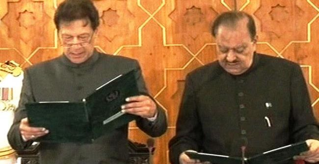 عمران خان نے وزیراعظم پاکستان کا حلف لے لیا