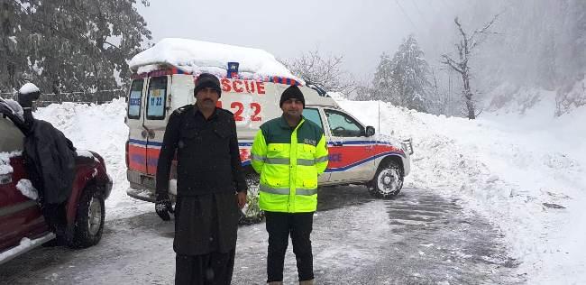 گلیات میں برفباری جاری، پھنسےسیاحوں کونکال لیا گیا