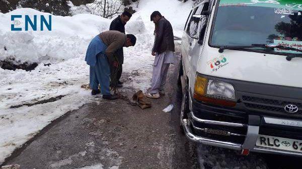 ایبٹ آباد:برف باری سے بکوٹ  کےراستے بند،علائقہ مکین سخت پریشان،منتخب نمائندگان فوٹوسیشن میں مشغول